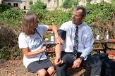 """Oberbürgermeister Dr. Thomas Spies lässt sich beim Aktionstag """"10.000 Schritte mit dem OB"""" von Dr. Barbara Froehlich den Blutdruck messen.©Nadja Schwarzwäller i.A.d. Stadt Marburg"""