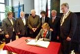 Eisenachs Oberbürgermeisterin Katja Wolf trägt sich ins Goldene Buch der Universitätsstadt Marburg ein.©Ralf Laumer