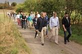 Zusammen mit Ortvorsteher Jan von Ploetz und Bewohnerinnen und Bewohnern erkundete Oberbürgermeister Dr. Thomas Spies Elnhausen.©Heiko Krause i.A.d. Stadt Marburg