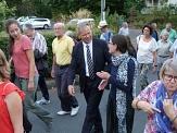 Foto von einer Gruppe von Menschen, die mit dem Oberbürgermeister Dr. Thomas Spies einen Spaziergang machen und miteinander reden©Universitätsstadt Marburg
