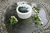 Die Namen der 24 Opfer der Hexenverfolgung in Marburg sind auf dem weißen Ring des Gedenksymbols von Künstlerin Antje Dathe zu lesen. Bei der Einweihung des Gedenksymbols wurde für jedes der 24 Opfer der Hexenverfolgung in Marburg eine weiße Rose niederge©Freya S. Altmüller, i. A. d. Stadt Marburg