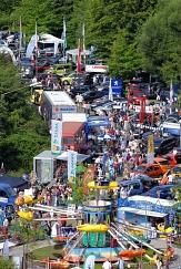 """Auf der Neuwagen-Ausstellung """"Marburg Mobil"""" am Lahnufer stellen am Samstag sowie dem verkaufsoffenen Sonntag 7 Autohäuser rund 100 Fahrzeuge zehn verschiedener Marken aus.©Georg Kronenberg"""
