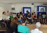 Bürgerinnen und Bürger jeden Alters beteiligten sich in einer Vielzahl an Formaten an der Diskussion: mal in kleinen Gruppen, mal in großer Runde, im Sitzen wie im Stehen.©Stadt Marburg, Philipp Höhn