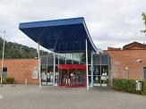Auch der Eingangsbereich mit der Drehtür wird im Zuge der Sanierungsarbeiten neugestaltet.©Fachdienst Städtische Bäder, Universität Marburg