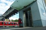 Die äußeren Schachttüren des Aufzugs am Ortenbergsteg sind aus Metall, die inneren Kabinentüren aus Glas. Beides erneuert die Stadt ab 28. August.©Stadt Marburg, Birgit Heimrich