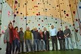 Oberbürgermeister Dr. Thomas Spies (4.v.r.) übergab gemeinsam mit dem Leiter des Fachdienstes Sport, Björn Backes (3.v.r.), den Bewilligungsbescheid über 25.000 Euro, mit denen die Universitätsstadt Marburg die Kletterhalle unterstützt.©Nadja Schwarzwäller i.A.d. Stadt Marburg