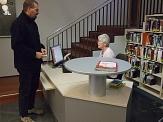 Eine Mitarbeiterin berät am Serviceplatz im Erdgeschoss einen Kunden.©Universitätsstadt Marburg