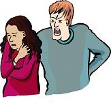 Eine Frau steht verängstigt vor einem Mann, der sie anschreit und bedrohlich hinter ihr steht©Reinhild Kassing