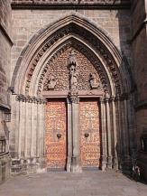 Eingangsportal der Elisabethkirche mit roter Tür©Kerstin Hühnlein