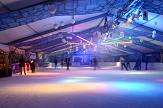 Bild von dem Eispalast mit buntem Licht und Schlittschuhfahrenden©Universitätsstadt Marburg,  Schwarzwäller