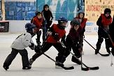 Mehrere Kinder jagen im Eishockey-Dress dem Ball (nein, kein Puck beim Kinder-Eishockey) hinterher.©Universitätsstadt Marburg