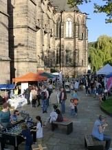 Foto vom Sozialmarkt mit Elisabethkirche im Hintergrund und verschiedenen Ständen©Universitätsstadt Marburg, Kerstin Hühnlein