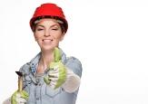 Foto von einer Handwerkerin mit Helm und Hammer©Pixabay