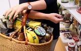 Einkaufskorb mit Fairtrade-Lebensmitteln©Miriam Ersch