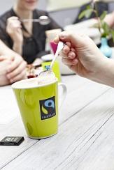 Grüne Tasse mit Fairtrade-Aufdruck©Wolf Sondermann