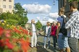 Touristengruppe mit Gästeführer beim Schloss©Henrik Isenberg