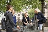 Touristen stehen mit Gästeführerin um das Tastmodell der Elisabethkirche und betasten das Modell©Henrik Isenberg