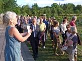 """GartenWerkStadt-Initiatorin Jutta Greb erläuterte das Projekt vor OB Dr. Thomas Spies und zahlreichen Gästen der Aktion """"3000 Schritte mit dem Oberbürgermeister"""" im Gesundheitsgarten.©Gesa Cordes"""