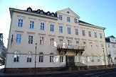 Vorderansicht der Stadtbücherei mit zahlreichen weißen Fenstern, großen Balkon und Vordereingang©Universitätsstadt Marburg