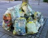 mehrere Gelbe Säcke, die auf die Straße gestellt wurden©Pixabay
