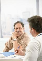 Foto von einem Arzt im Gespräch mit einem Patienten©Shutterstock