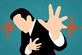 Auf dem gezeichneten Bild greift sich ein Mann ans Herz und streckt die andere Hand aus. Links und rechts von ihm sieht man EKG-Ausschläge.©Pixabay