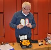 Anschaulich erklärt Andreas Steih-Winkler, Fachmann für Arbeitssicherheit bei der Stadt Marburg, den Laien-Defibrillator.©Thomas Steinforth, Stadt Marburg