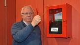 Andreas Steih-Winkler zeigt, wo sich der Defibrillator im Erwin-Piscator-Haus befindet.©Thomas Steinforth, Stadt Marburg