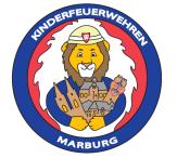 rundes Bild von einem Löwen in Feuerwehruniform, er hält in den Händen Miniaturen von der Elisabethkirche, dem Rathaus, dem Schloss und dem Spiegelslustturm.Um das Bild herum steht: Kinderfeuerwehren Marburg.©Universitätsstadt Marburg
