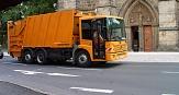 Das Foto zeigt ein Pressmüllfahrzeug, dass an der Elisabethkirche vorbei fährt.©DBM, Stender