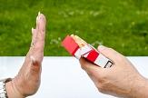 eine Hand reicht eine Zigarettenschachtel, eine Hand von einer anderen Person wehrt die Schachtel ab©Pixabay