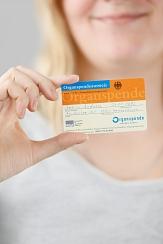 Eine Frau zeigt einen Organspendeausweis©Bundeszentrale für gesundheitliche Aufklärung (BZgA), Köln