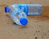 zwei Plastikwasserflaschen liegen auf dem Boden©Pixabay