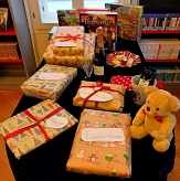 In Geschenkpapier verpackte Päckchen auf einem Tisch in der Stadtbücherei.©Universitätsstadt Marburg